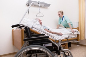 Senior mit Pflegerin im Altenheim